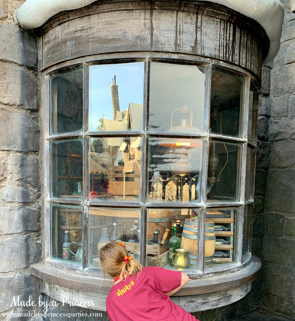 Universal Studios Hollywood make the lamps turn on with your wand in the window at Three Broomsticks